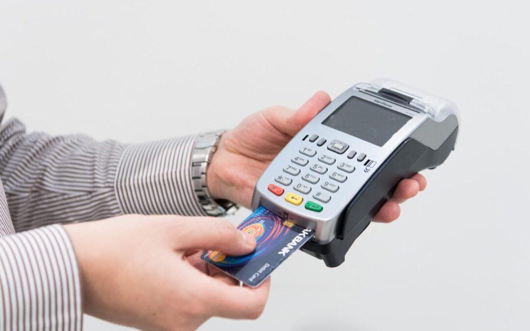 La tarjeta de débito es cada vez más usada por los ecuatorianos